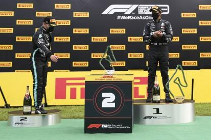Pokale auf Roboter-Boxen: Lewis Hamilton findet's übertrieben