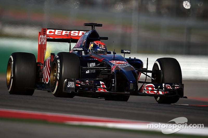 Regalan a Verstappen réplica del STR10 hecho de flores
