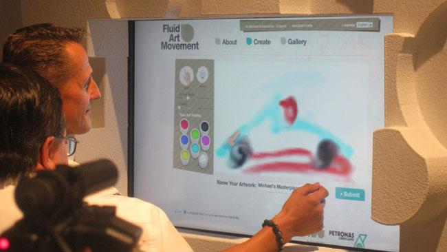 Schumacher e Rosberg dipingono la fluid art