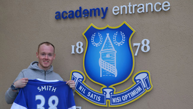 Bradley Smith si allena con i calciatori dell'Everton