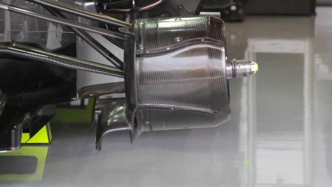 La Mercedes con i cestelli dei freni asimmetrici