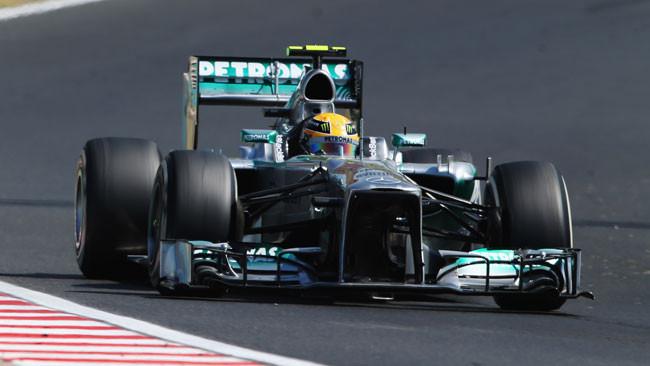 Hamilton alla prima vittoria con la Mercedes!