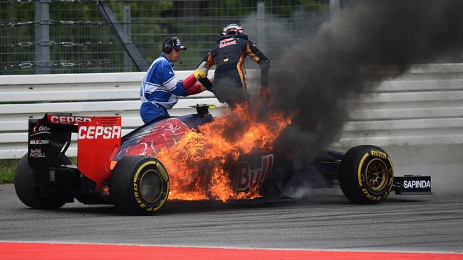 Kvyat si è fermato con la Toro Rosso in fiamme!