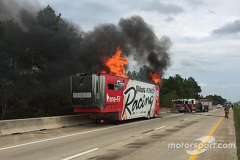 Auf dem Weg nach Fort Worth: HScott-Transporter fängt Feuer