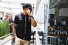 Com capacete especial, Hamilton homenageia Senna no Brasil