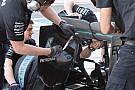 Mercedes: strisce adesive seghettate nell'ala dietro