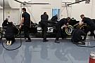 Prove di pit stop per i meccanici del team Haas F1
