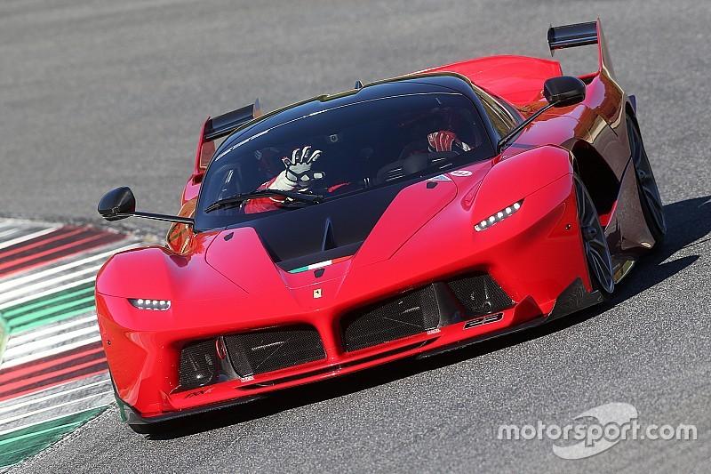 Zo klinkt het als 21 Ferrari-supercars over het circuit racen