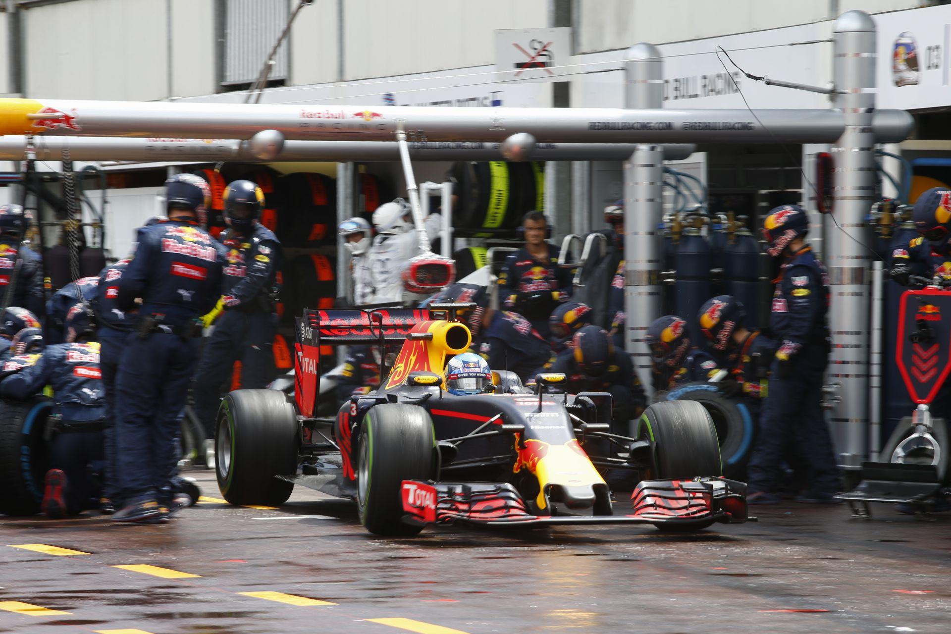 Itt a belsőkamerás nézet, ahogy Ricciardo beáll a bokszba, és csak vár és vár a kerekekre