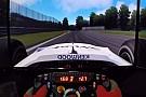 Büntet: McLaren MP4-13 a szimulátoros játékban egy komoly szimulátoros berendezéssel