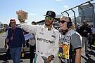 Hamiltonra is rászóltak, hogy ne videózzon a paddockban