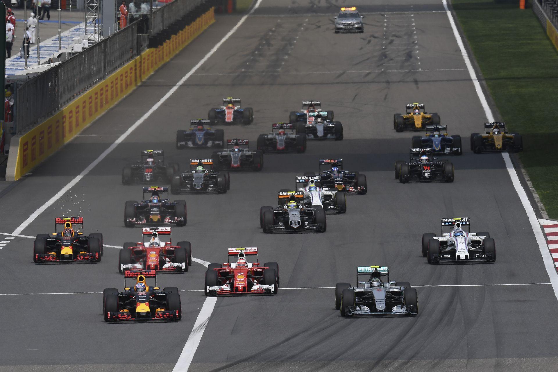 Egyszerre 6 onboard kameraállásból a Kínai Nagydíj startja: Kimi, Vettel, Hamilton…