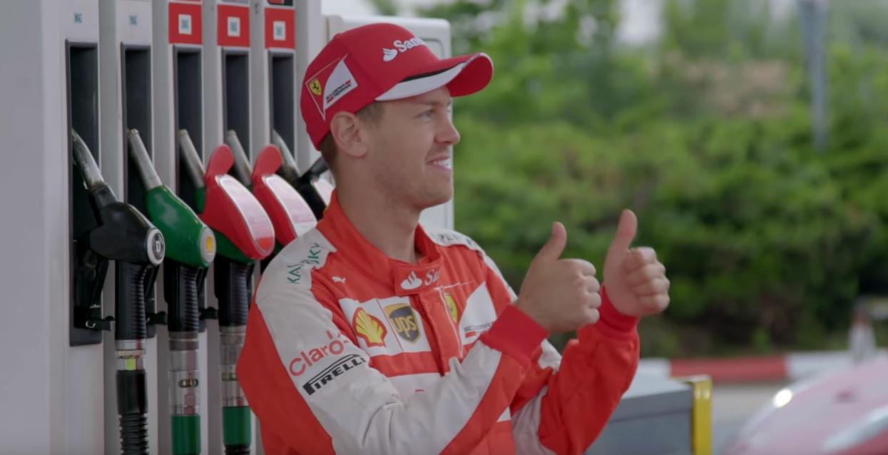 Amikor Sebastian Vettel vár a benzinkúton egy F1-es Ferrarival