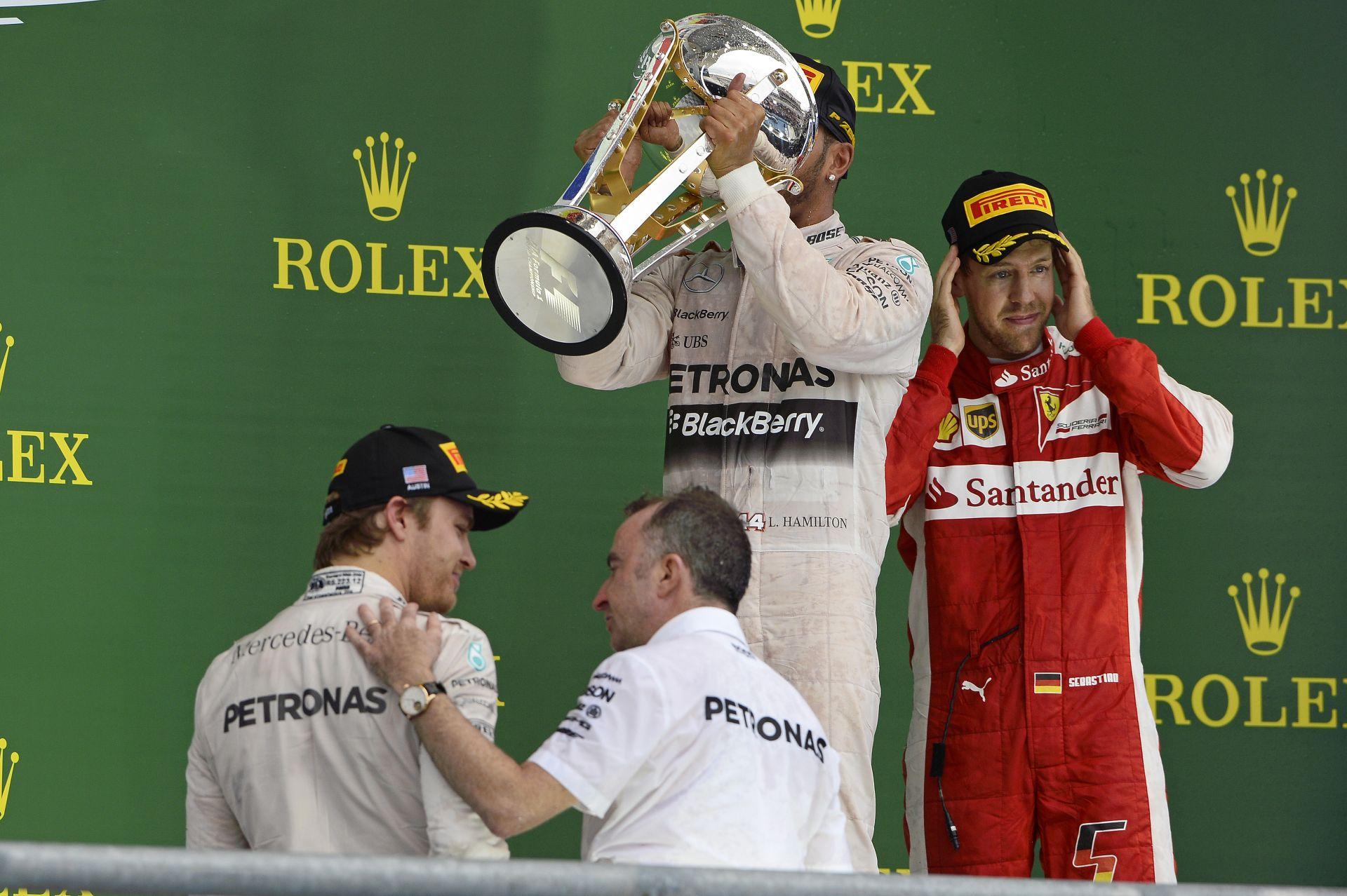 Lewis nem tartotta magát a szabályokhoz, visszakapta a sapkát, amit Rosberg hasához dobott