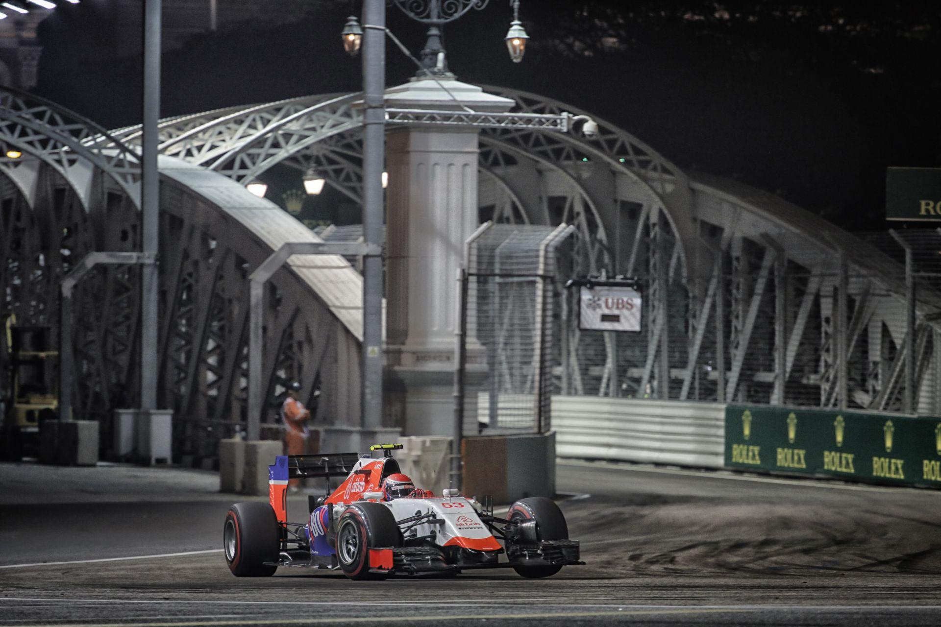 Egy nagyon látványos drift az amerikai F1-es újonctól Szingapúrban