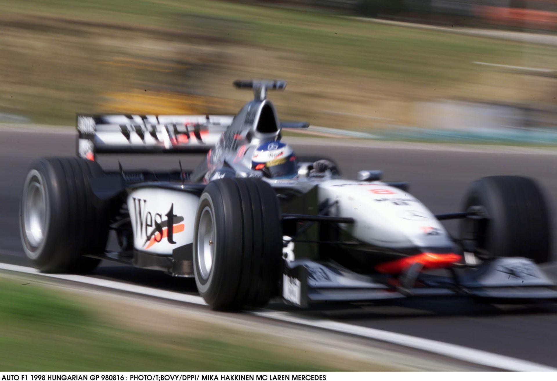 Mika Hakkinen tolja neki a McLarennel a Hungaroringen: 1998