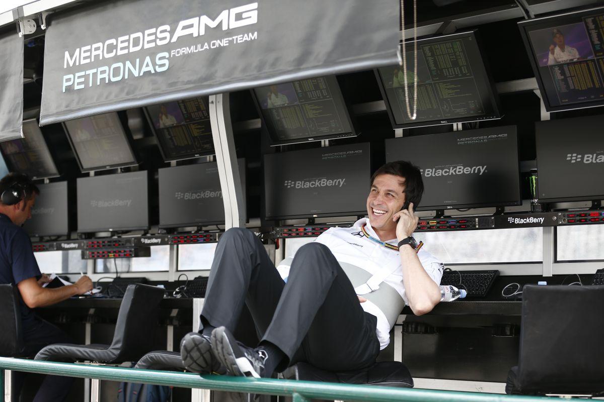 A Mercedes szerint sok lesz a vita a rádióforgalmazások miatt: komplex és ellentmondásos sztori