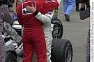 Hakkinen kiesik az utolsó körben a McLarennel, majd Schumacher a leintés után azonnal odarohan hozzá