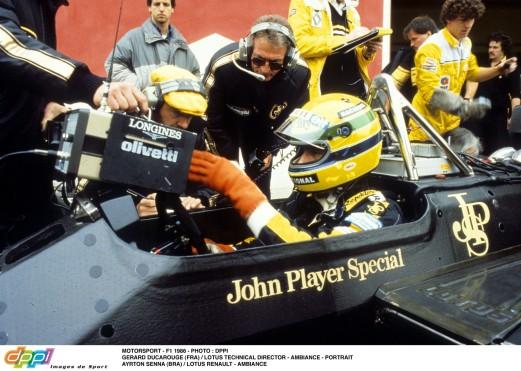 Egy fantasztikus pillanat az első Magyar Nagydíjon: Senna interjút ad a magyar tévének a rajtrácson