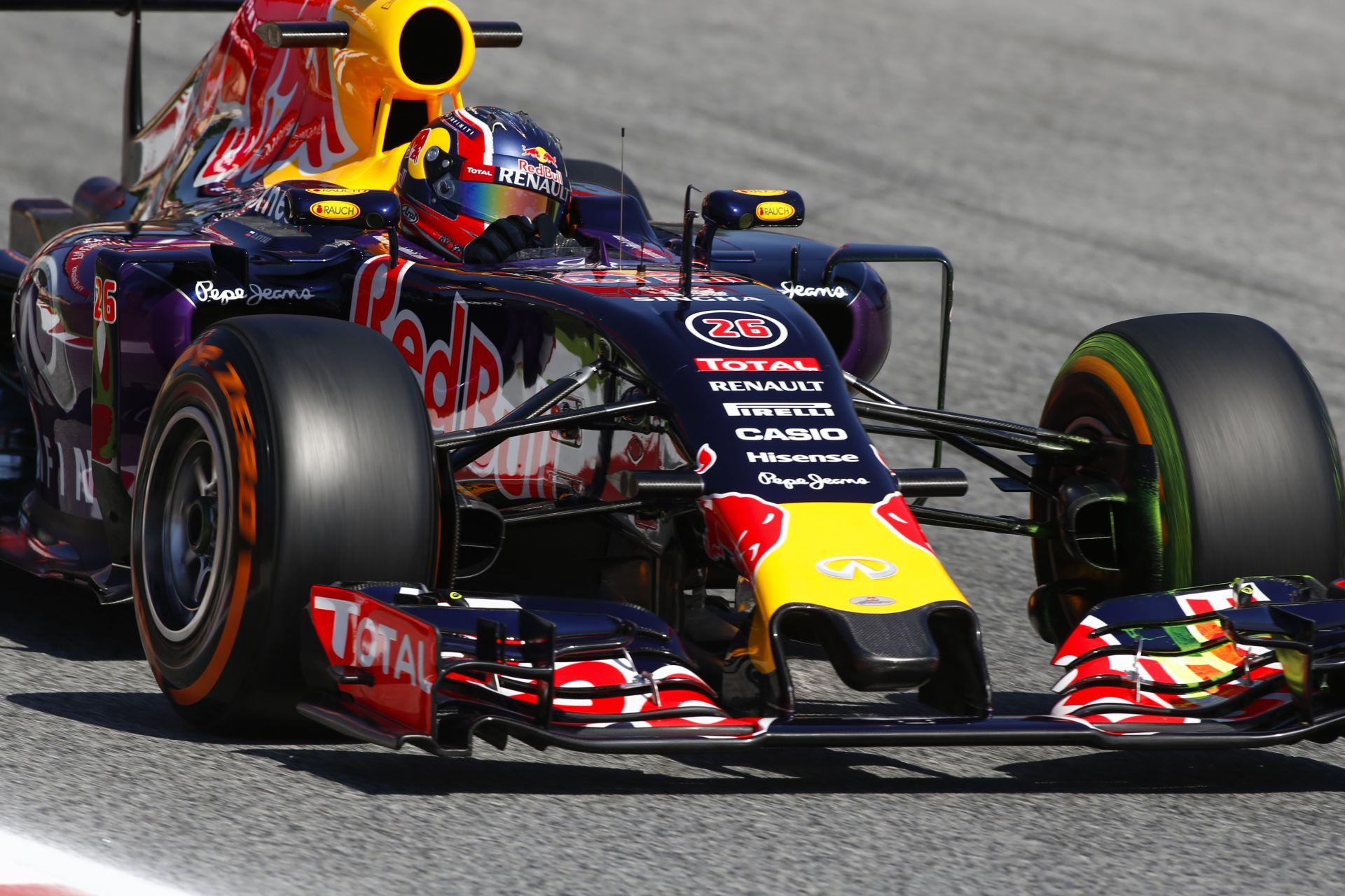 Fedélzeti kamerás felvétel, ahogy Kvyat tolja neki a Red Bullal