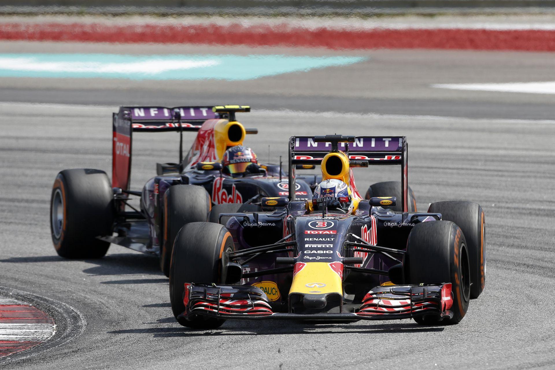 Ricciardo & Kvyat: A kínai egyenes alatt még egy doboz Red Bullt is megihatsz
