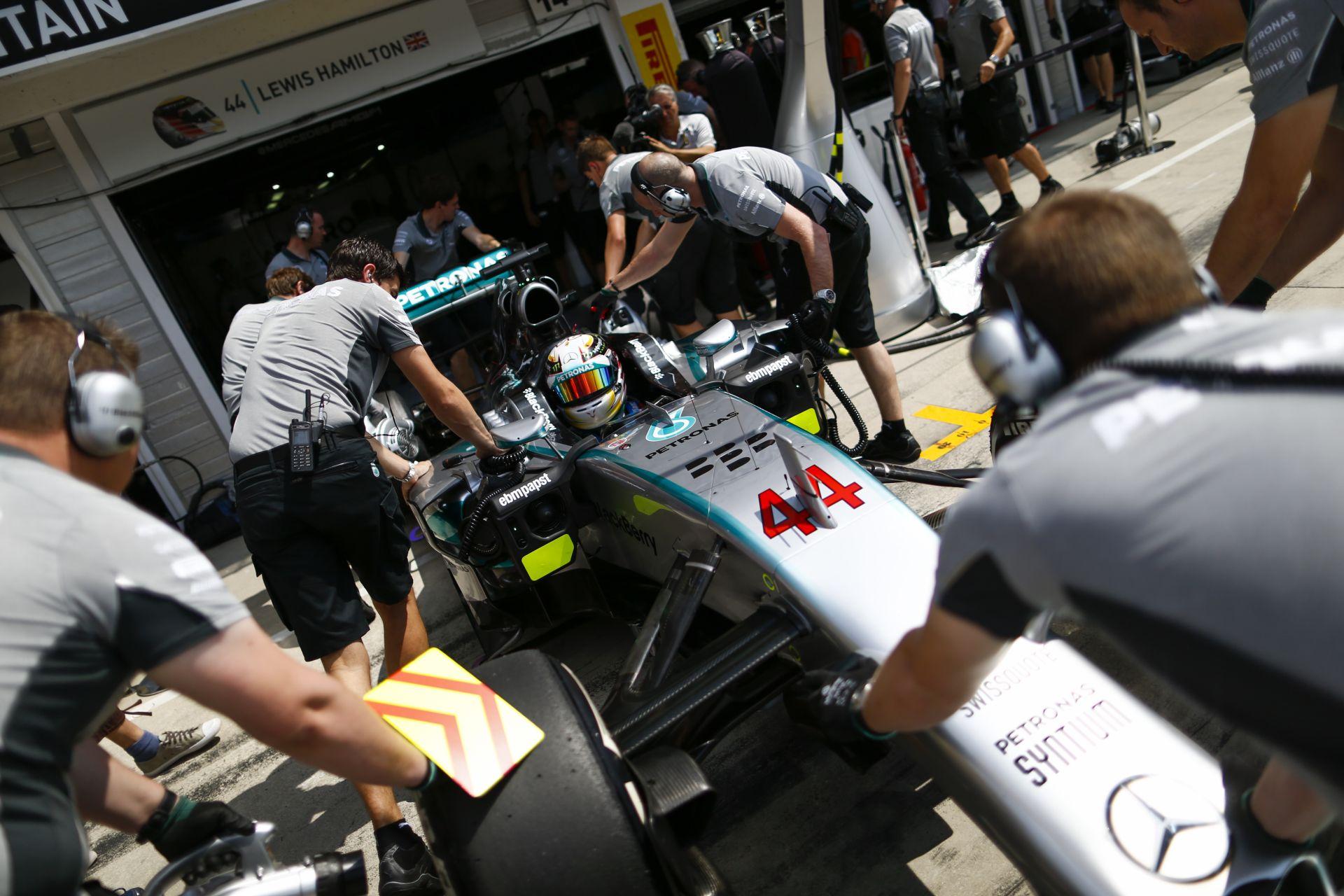 Mercedes: Megtehettük volna, hogy keményebben szólunk rá Hamiltonra, és odahívjon a rádióhoz a főnököt!