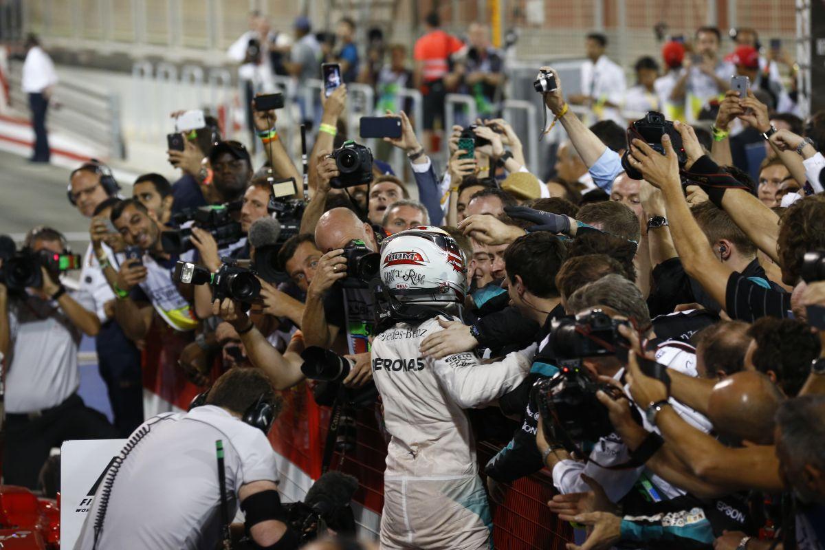 Hamilton szíve a Mercedeshez húz: barna vagy szőke?