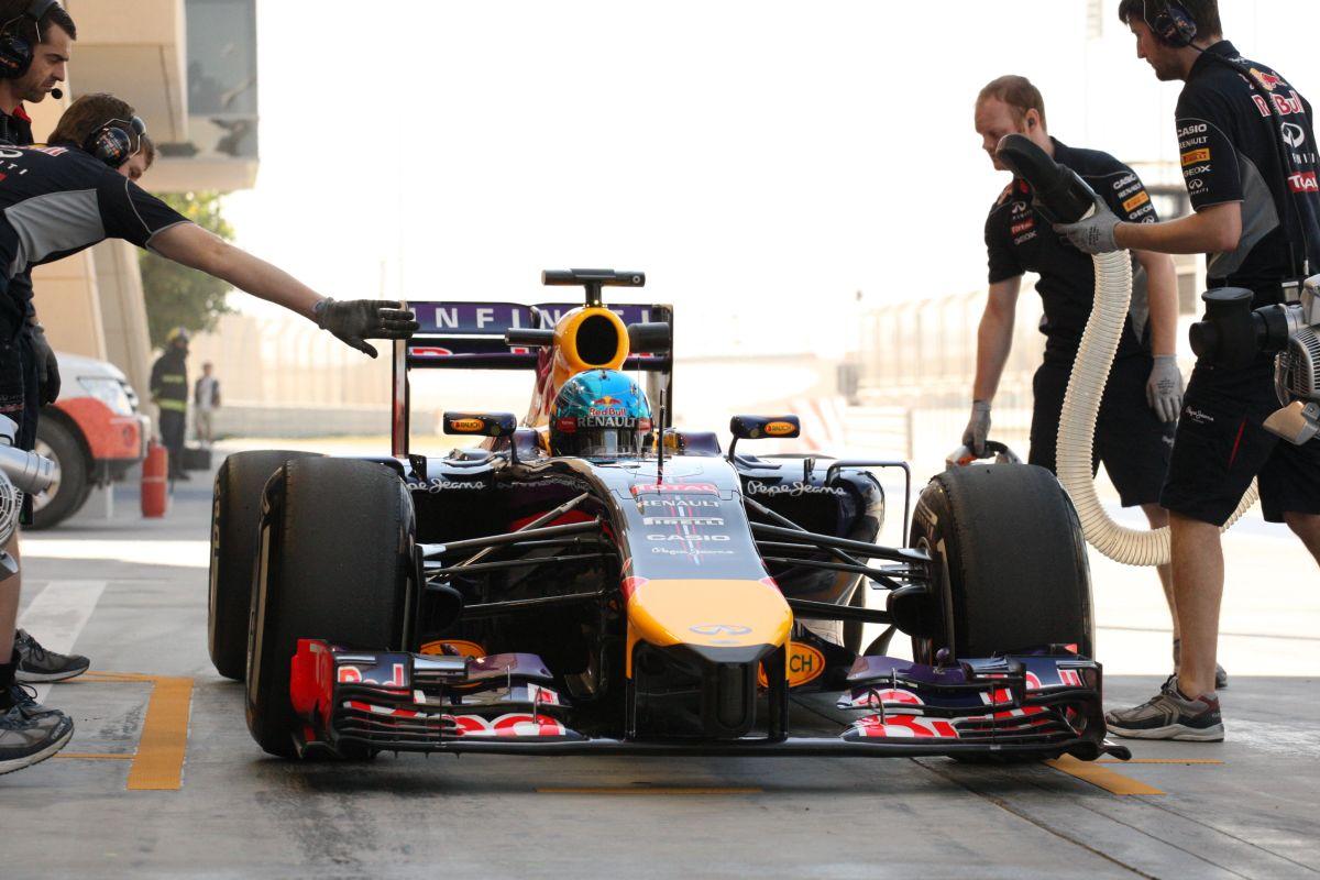 Vettel ki-bejárkál a bahreini boxutcában - többet szerették volna (videók)