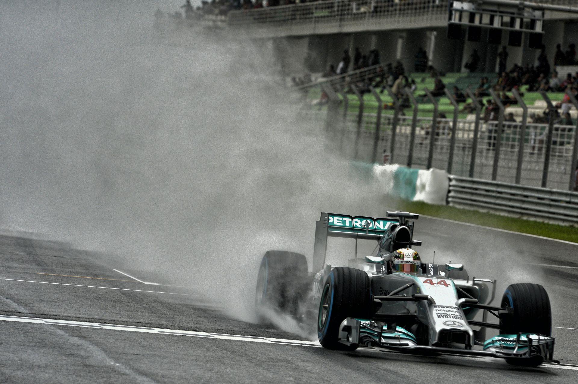 Videón Lewis Hamilton rajtelsőséget érő köre Malajziából
