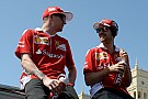 Raikkonen se enfada al perder tiempo con Vettel