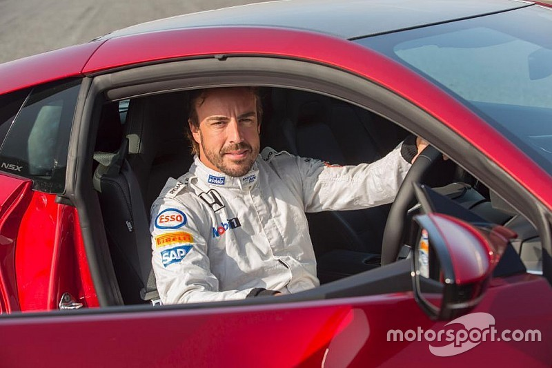 """Alonso conoce a """"su nuevo amigo"""": Honda NSX"""