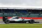 Hamilton neemt het voortouw op Silverstone, Verstappen zevende
