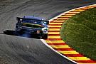 Ha valami, akkor ez hatásos: Aston Martin, centikre tőled az Eau Rouge-ban