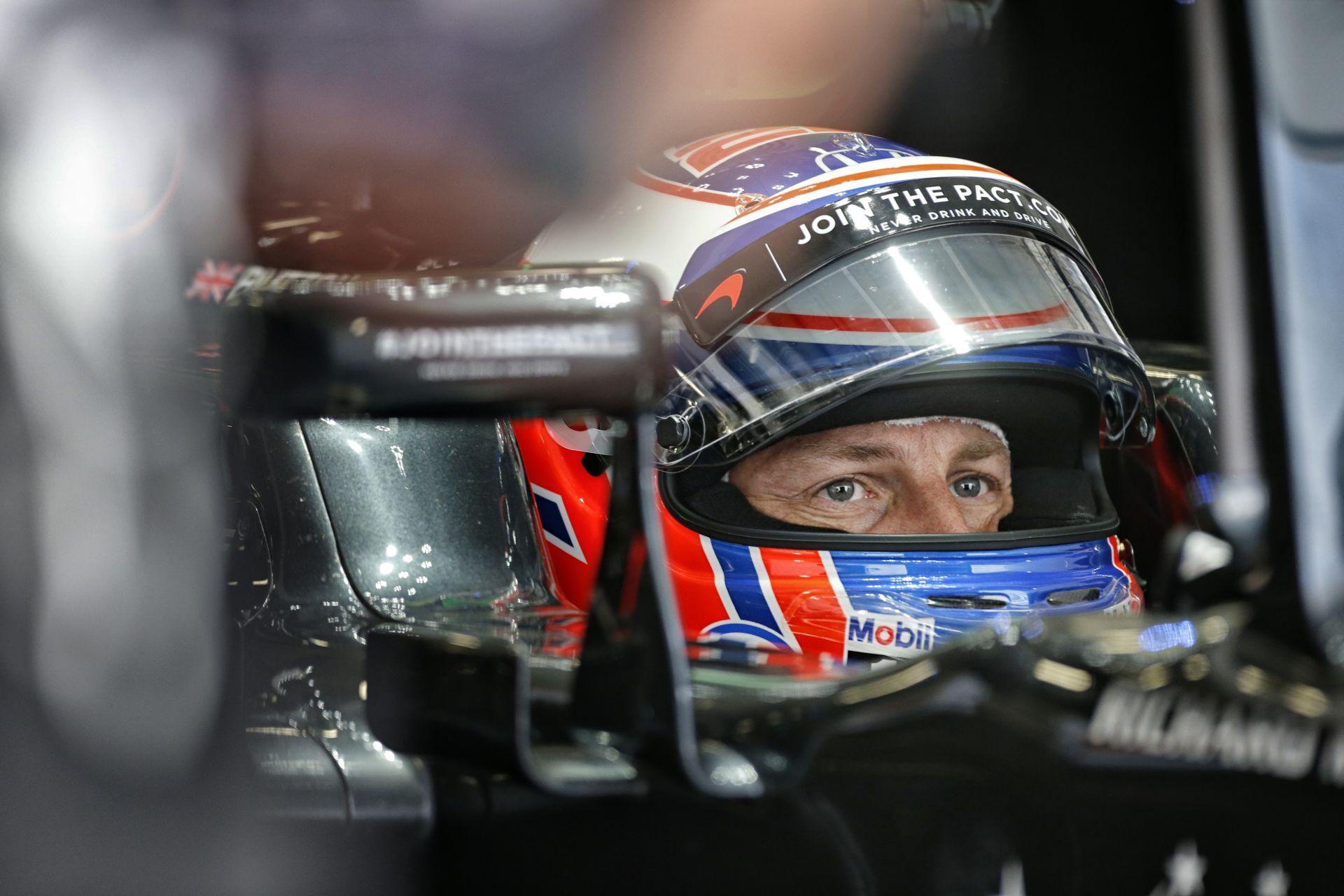 Button F1-es gyűjteménye otthon: sapkák, pólók…