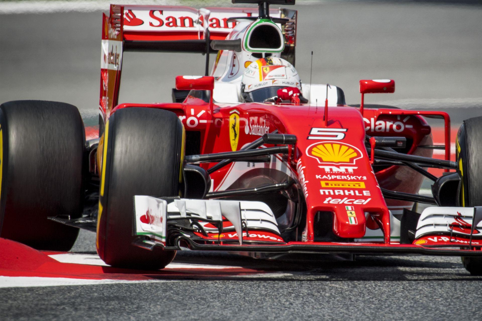 Érdekesen hajlik Vettel hátsó szárnya…