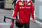 Vettel lazán tolja, biciklivel érkezett meg a harmadik szabadedzésre