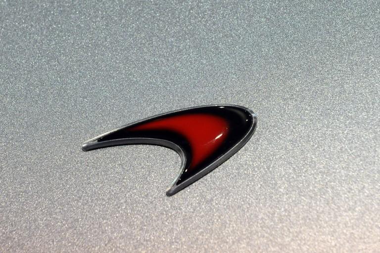 Le a kalappal a McLaren előtt: eladományoztak egy 675LT-t!