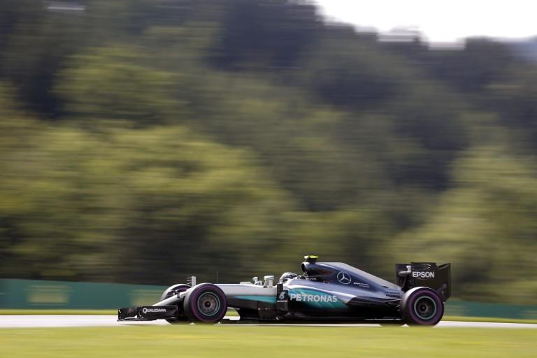 Egészen közelről, ahogy eltörik Rosberg bal hátsó felfüggesztése