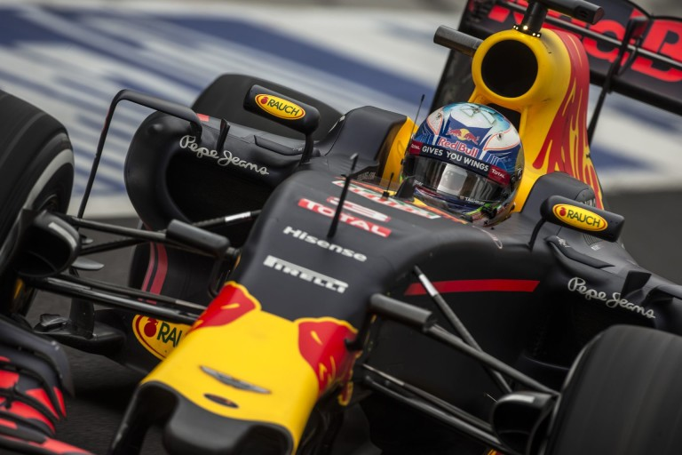 Ricciardo majd kiugrik a bőréből: Hamilton OUT, de ő nem szomorkodik emiatt