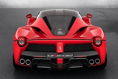 Lorenzo presume su Ferrari de 2 millones de euros y 963 hp
