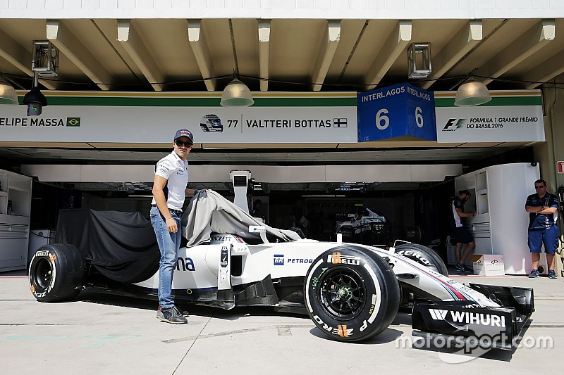 Williams presenteia Massa com carro utilizado no Brasil