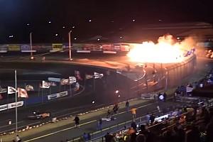 Carros ficam em chamas após batida com