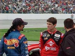 Kyle y Adam Petty conversan antes del primer intento de clasificar en la Winston Cup