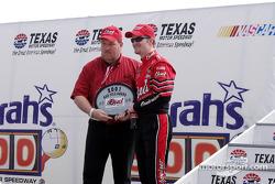Dale Jr. recibe el premio Bud por la pole