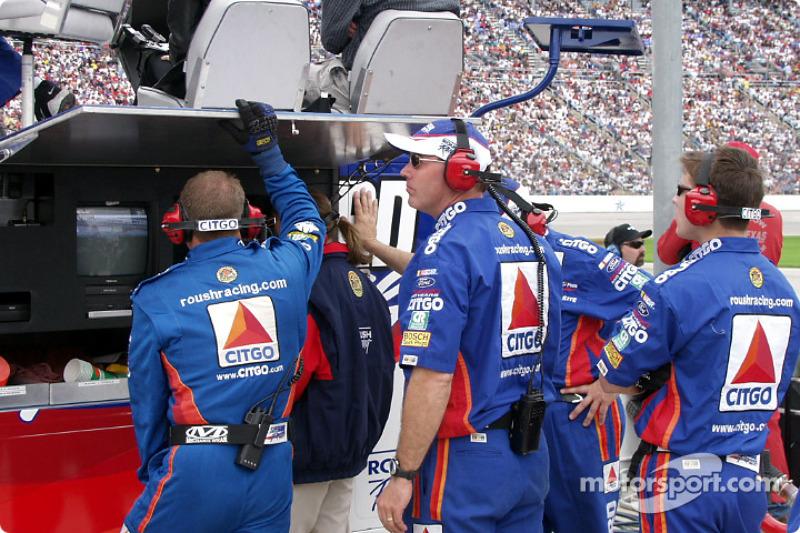 #99 Le personnel regarde la TV dans les stands