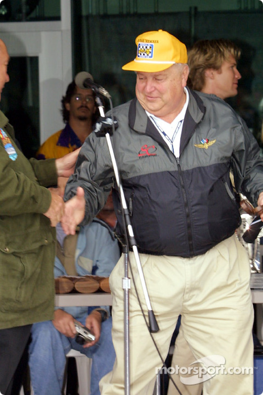 Bill York reçoit le trophée
