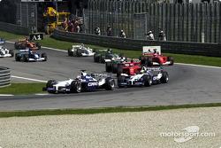 start: Juan Pablo Montoya ve Ralf Schumacher taking first corner front, pack