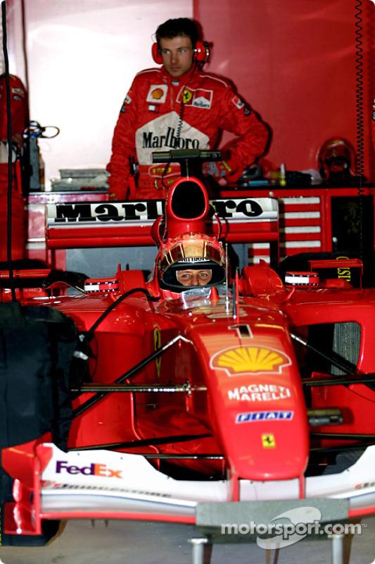 Michael Schumacher en el garage, antes de la carrera