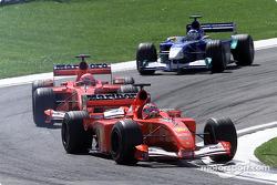 Los Ferrari batallando con súper Kimi