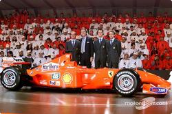 El Presidente Luca di Montezemolo y sus muchachos: Rubens Barrichello, Michael Schumacher y Luca Bad